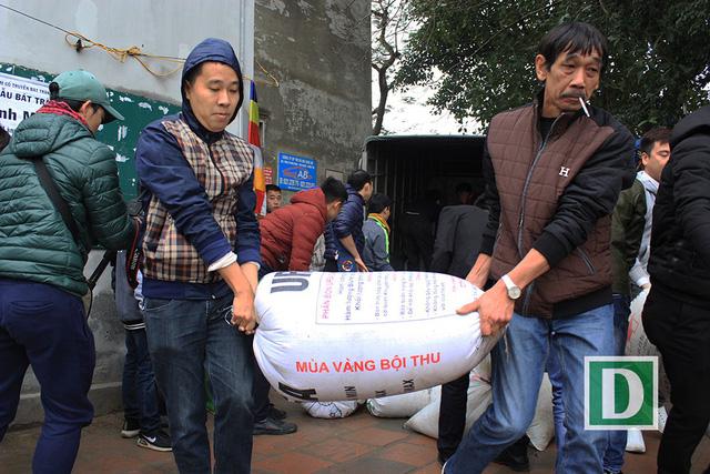 Hàng vạn người dự Lễ phóng sinh, hơn 5 tấn cá được thả xuống sông Hồng - Hình 10