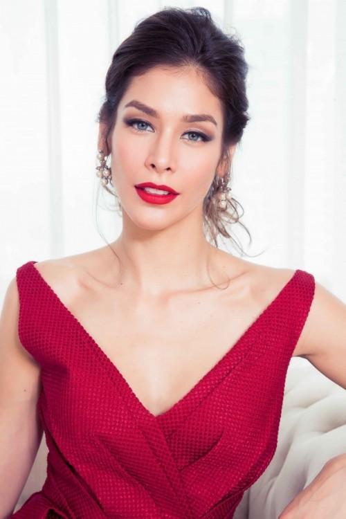 Cùng diện đầm đỏ quý phái, Kỳ Duyên quyến rũ sánh ngang 'hoa hậu đẹp nhất mọi thời đại'