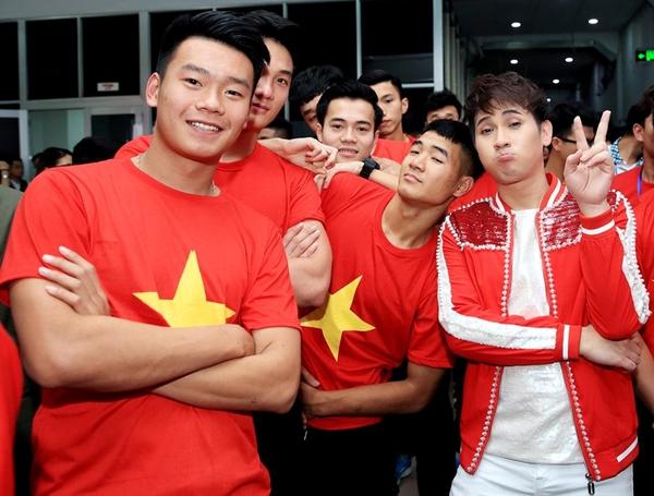 Nguyên Vũ nhắng nhít pose hình với từng cầu thủ U23 ở hậu trường