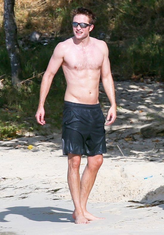 Robert Pattinson nỗ lực tập luyện cơ bụng 6 múi sau khi chia tay bạn gái