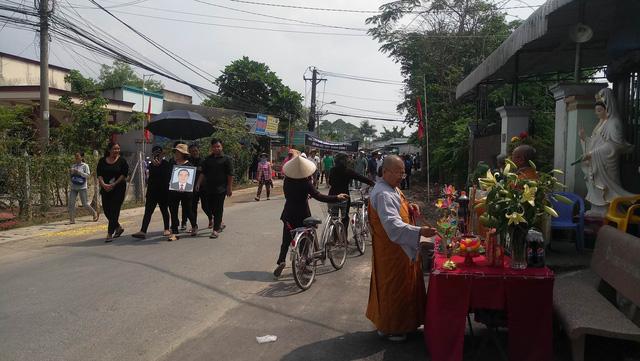 Linh cữu nguyên Thủ tướng Phan Văn Khải về tới quê nhà - Hình 9
