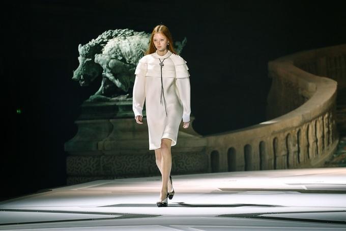 Louis Vuitton biến sân bảo tàng Louvre thành bãi đáp tàu vũ trụ - Hình 2
