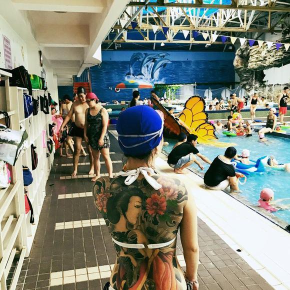 Giới trẻ Trung Quốc rộ trào lưu mặc khoe trọn lưng ong eo thon trên phố - Hình 5