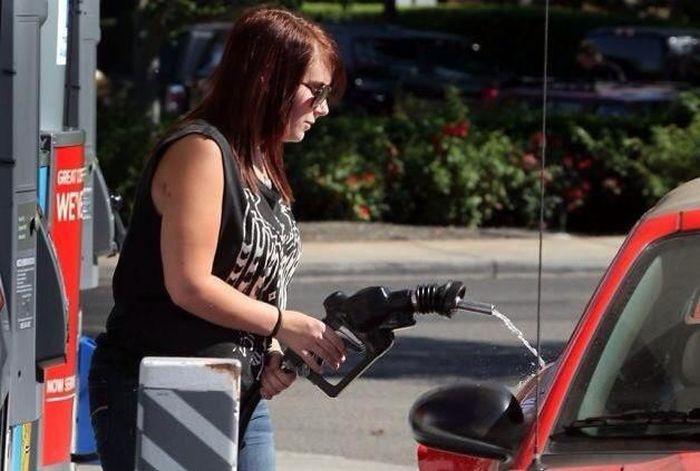 Những khoảnh khắc chứng tỏ bán xăng cho phụ nữ đúng là… tội ác - Hình 5