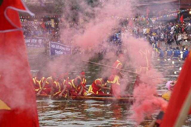 Hàng vạn người cổ vũ đua thuyền hội làng Đăm ở Hà Nội - Hình 8