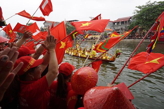 Hàng vạn người cổ vũ đua thuyền hội làng Đăm ở Hà Nội - Hình 9