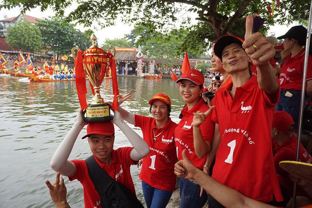 Hàng vạn người cổ vũ đua thuyền hội làng Đăm ở Hà Nội - Hình 4