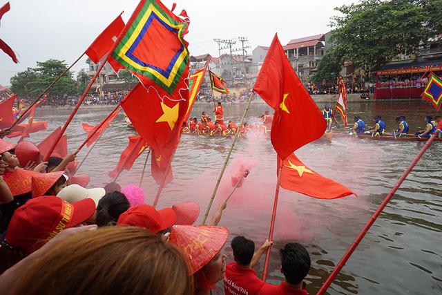 Hàng vạn người cổ vũ đua thuyền hội làng Đăm ở Hà Nội - Hình 10