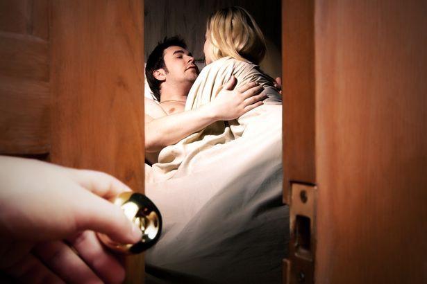 Chồng đi làm về lúc nửa đêm thì phát hiện vợ đưa trai lạ đến nhà, phản ứng của anh khiến cả vợ và gã nhân tình xấu hổ không biết giấu mặt đi đâu - Hình 1