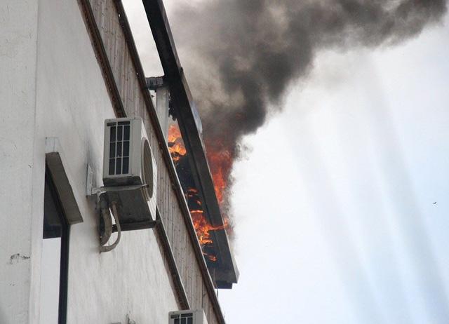 Hà Nội: Cháy tại khách sạn, nhiều người hoảng loạn bỏ chạy - Hình 2