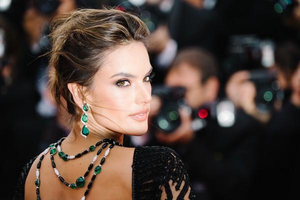 Alessandra Ambrosio diện dàn váy đen gợi cảm tại Cannes - Hình 10