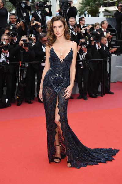 Alessandra Ambrosio diện dàn váy đen gợi cảm tại Cannes - Hình 8