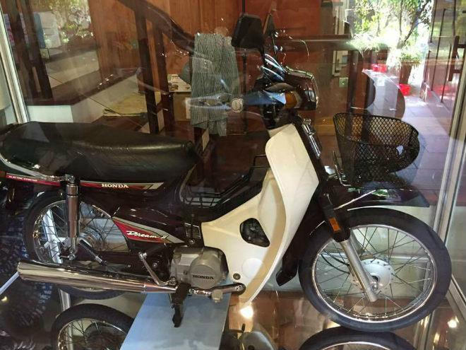 Xôn xao Honda Dream II để trong tủ kính giá vài lô đất Hà Nội - Hình 4