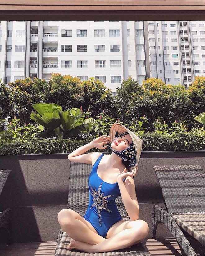 """Angela Phương Trinh """"chơi trội"""" khi diện bikini nóng bỏng, đội nón lá - Hình 1"""