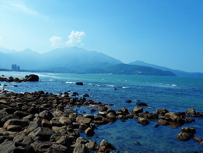 Đến Đà Nẵng chớ bỏ qua bãi biển đẹp nao lòng dưới chân đèo Hải Vân - Hình 3