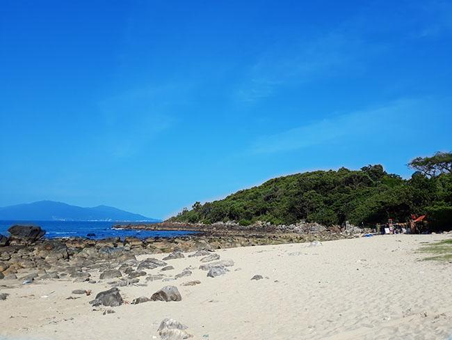 Đến Đà Nẵng chớ bỏ qua bãi biển đẹp nao lòng dưới chân đèo Hải Vân - Hình 11