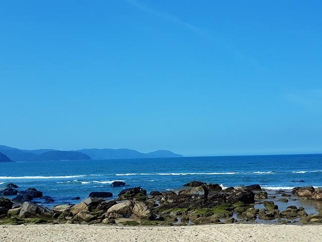 Đến Đà Nẵng chớ bỏ qua bãi biển đẹp nao lòng dưới chân đèo Hải Vân - Hình 9