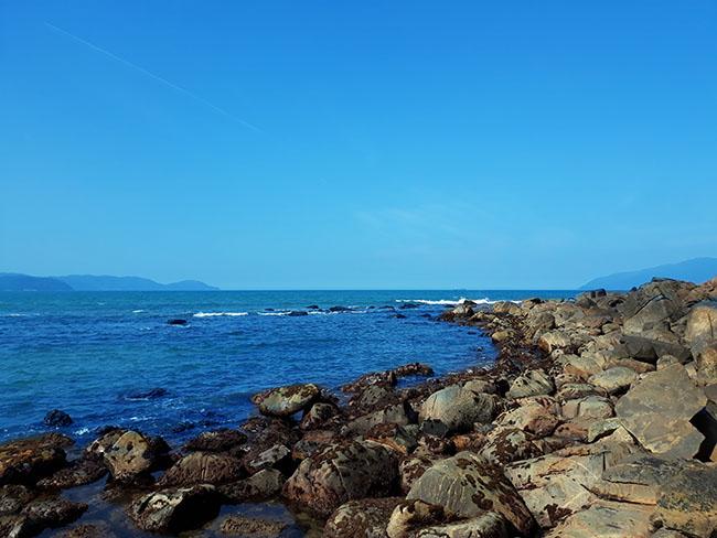 Đến Đà Nẵng chớ bỏ qua bãi biển đẹp nao lòng dưới chân đèo Hải Vân - Hình 5