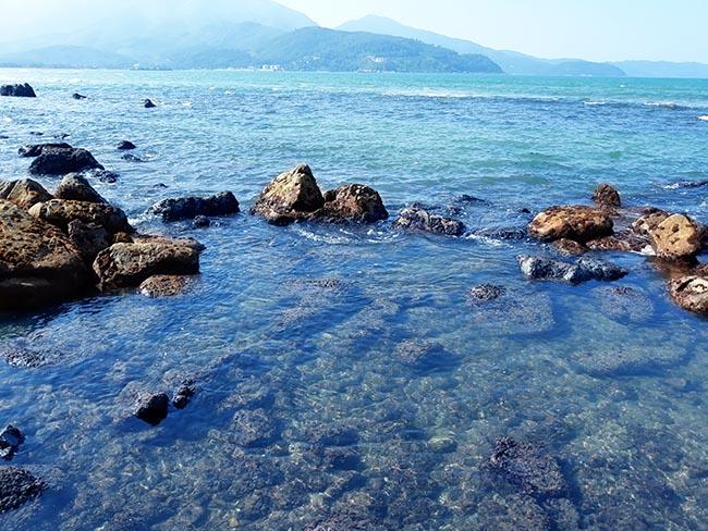 Đến Đà Nẵng chớ bỏ qua bãi biển đẹp nao lòng dưới chân đèo Hải Vân - Hình 4
