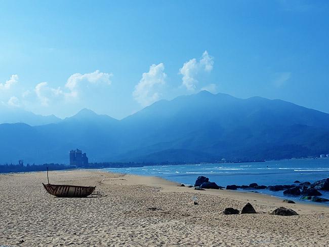 Đến Đà Nẵng chớ bỏ qua bãi biển đẹp nao lòng dưới chân đèo Hải Vân - Hình 10
