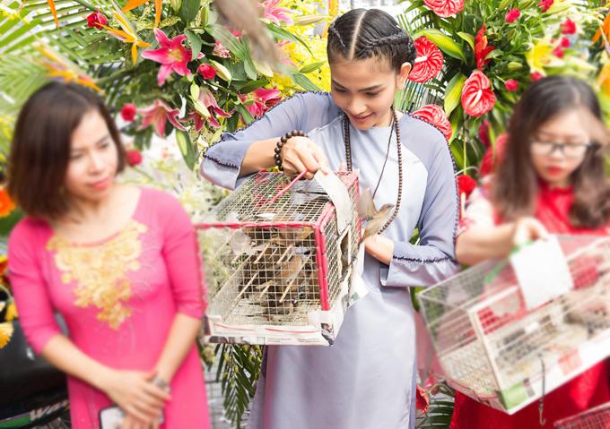 Trương Thị May thả chim phóng sinh - Hình 5