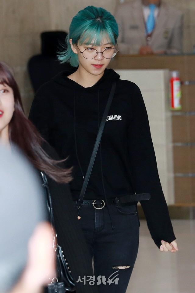 Quân đoàn mỹ nhân Kpop đổ bộ sân bay: Yoona 28 tuổi vẫn đẹp xuất sắc, lấn át TWICE và đàn chị sexy - Hình 22