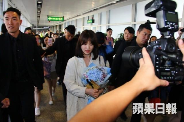 Đẳng cấp Song Hye Kyo: Ăn mặc giản dị mà vẫn đẹp, được cả đoàn vệ sĩ hộ tống như bà hoàng vì khiến sân bay vỡ trận - Hình 2