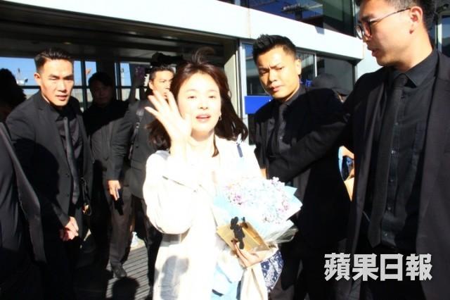 Đẳng cấp Song Hye Kyo: Ăn mặc giản dị mà vẫn đẹp, được cả đoàn vệ sĩ hộ tống như bà hoàng vì khiến sân bay vỡ trận - Hình 1