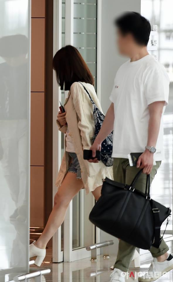 Song Hye Kyo một mình xuất hiện tại sân bay, lần đầu đi sự kiện xa mà vắng bóng chồng - Hình 1