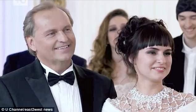 Vượt mặt 2.000 người, cô gái nghèo rớt thành vợ trùm dầu mỏ Nga - Hình 2
