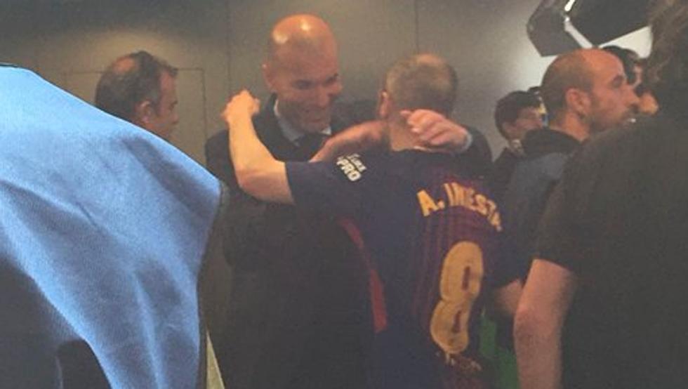 Zidane tranh thủ vỗ về Iniesta sau siêu kinh điển - Hình 1