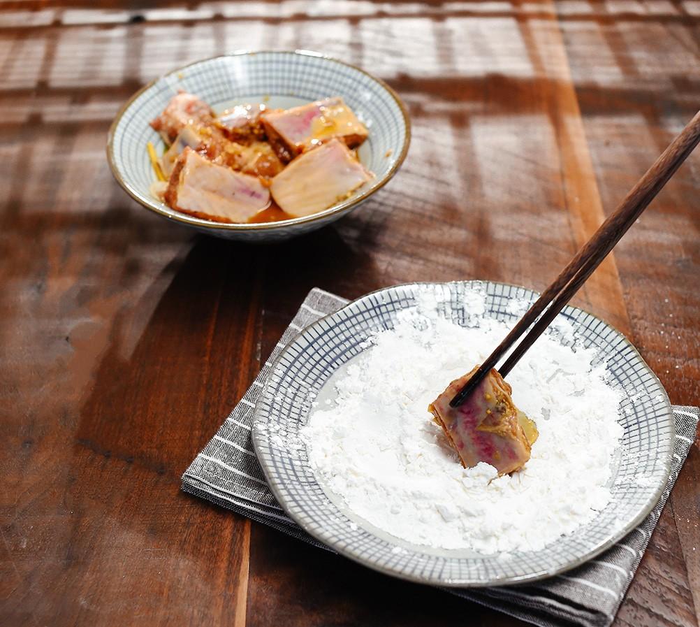 Đậm đà ngon cơm món sườn chiên giòn xóc tỏi ớt - Hình 2