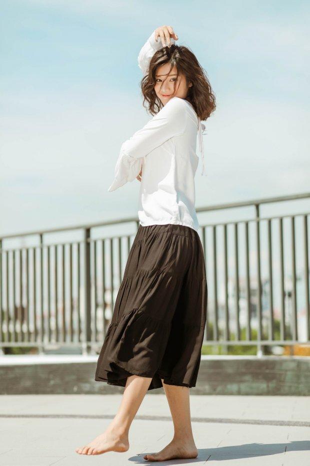 Hoàng Yến Chibi đi chân trần, hóa vũ công đẹp mơ màng giữa nắng hè - Hình 1
