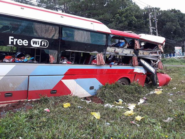 Khoảnh khắc xe đầu kéo húc văng xe khách khiến 14 người bị thương - Hình 1