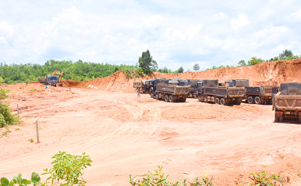 Mật phục, bắt quả tang vụ khai thác đất quy mô lớn ở Kon Tum - Hình 1
