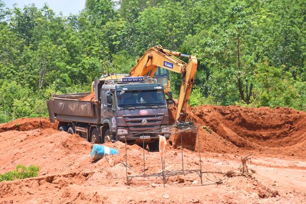 Mật phục, bắt quả tang vụ khai thác đất quy mô lớn ở Kon Tum - Hình 2