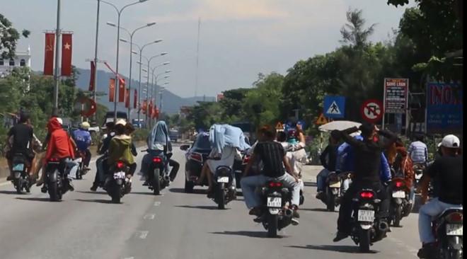 Nhóm thanh niên đánh võng, không cho xe khác vượt trên quốc lộ - Hình 1