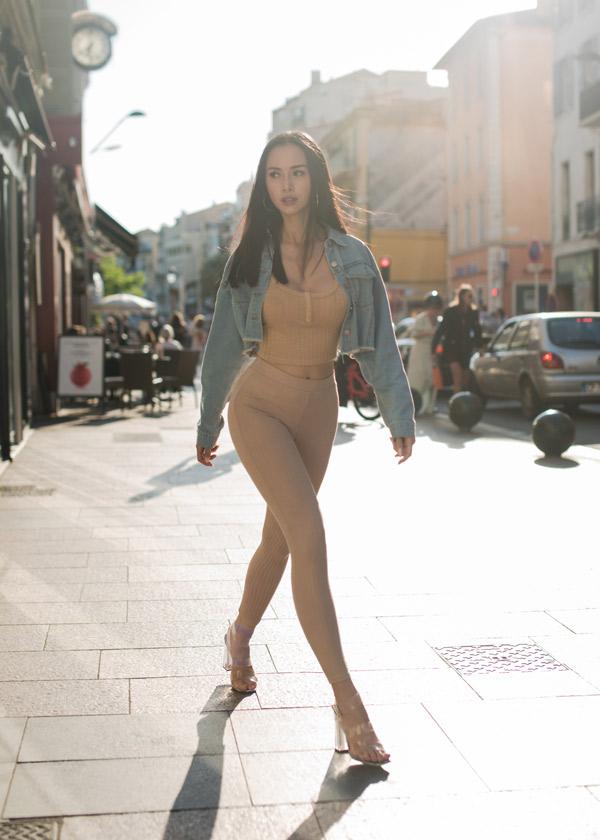 Vũ Ngọc Anh mặc đồ bó màu nude, khoe vòng ba trên đường phố Pháp - Hình 2