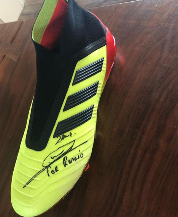 Zidane tặng giày cho cậu hai nhà Becks - Hình 2