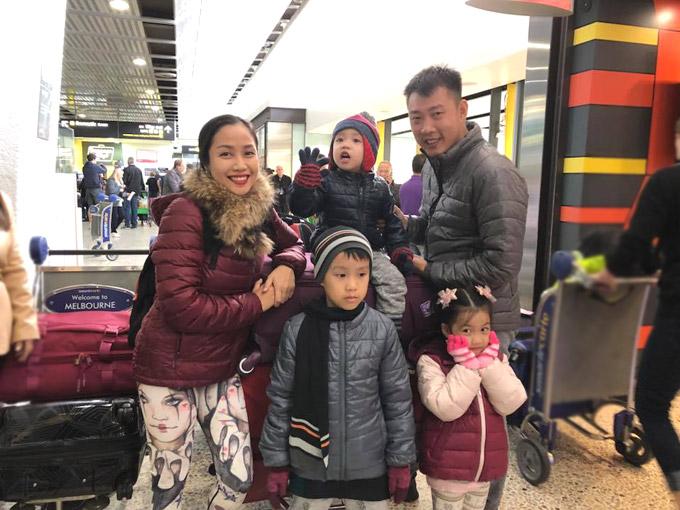 Vợ chồng Ốc Thanh Vân phối hợp canh 3 con khi du lịch Australia - Hình 1
