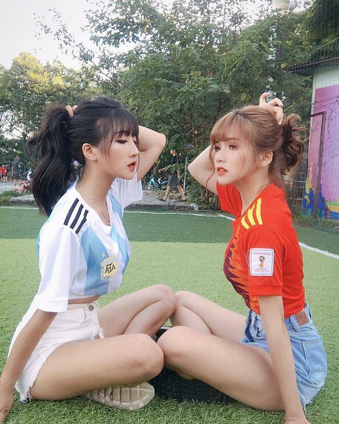 Danh tính 2 cô gái xinh khoe dáng nóng bỏng trên sân cỏ hưởng ứng World Cup 2018 - Hình 1