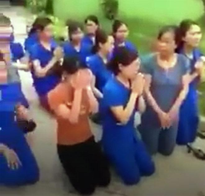 Nhiều cô giáo quỳ, chắp tay bên xe hơi chủ tịch thị trấn - Hình 1