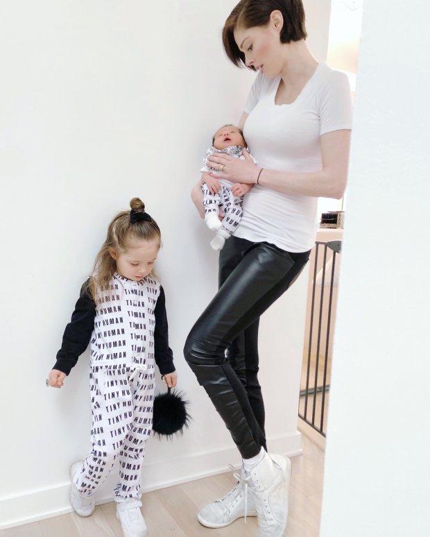 Siêu mẫu hàng đầu thế giới Coco Rocha vẫn cực trẻ trung và sành điệu khi đã là bà mẹ 2 con - Hình 12