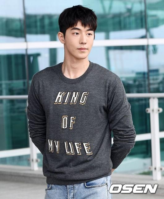 Tại sân bay Nam Joo Hyuk được báo chí vây quanh, Kim Hyun Joong bị ngó lơ, fan xót xa lên tiếng - Hình 5