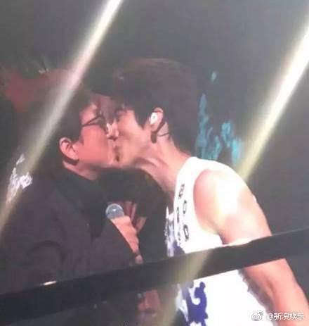 Thành Long - Vương Lực Hoành trao nhau nụ hôn chớp nhoáng trước hàng chục ngàn khán giả - Hình 2