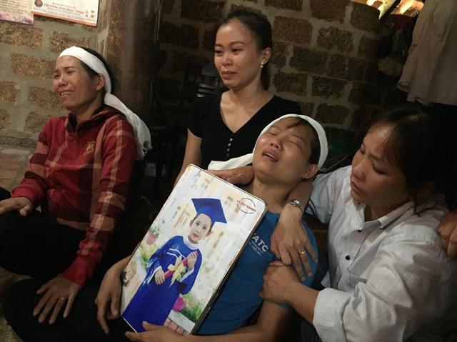Người mẹ ngã quỵ bên thi thể 2 đứa con xấu số - Hình 1