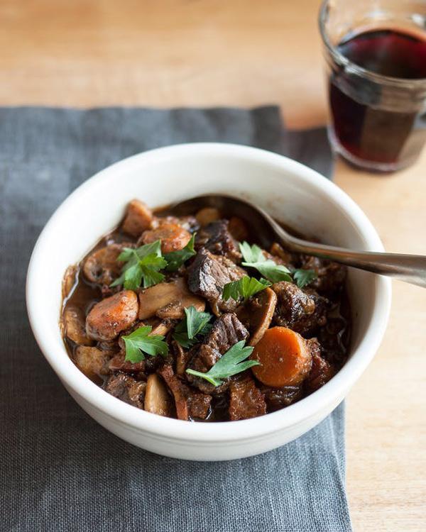 [Chế biến] - Những cách nấu thịt bò sốt vang ngon, mềm thơm đậm đà ăn mùa nào cũng thích - Hình 4