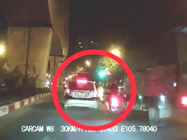Clip: Kinh hoàng quái xế rồ ga tông văng CSGT rồi bỏ chạy - Hình 1