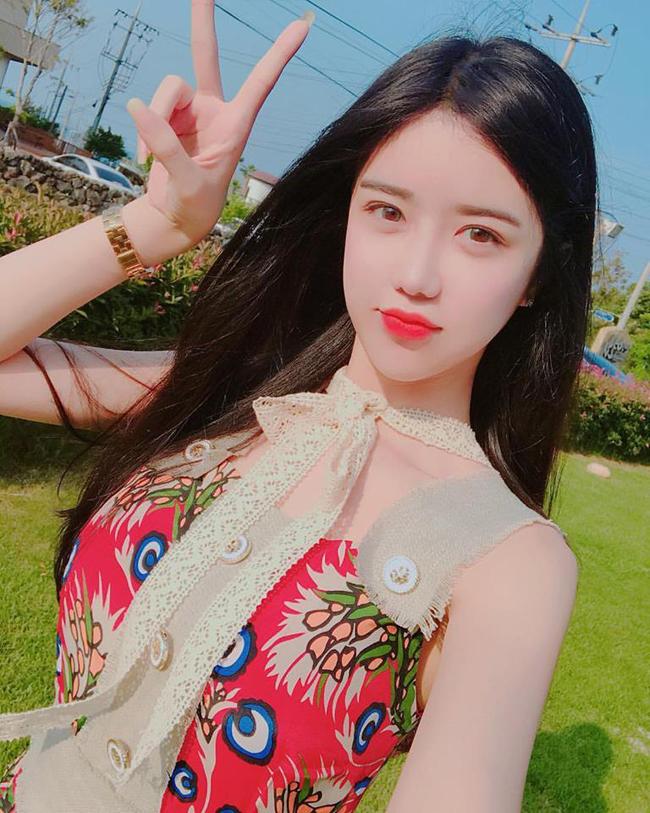 Cô gái gợi cảm nhất Hàn Quốc lại gây sốt khi đi xem ca nhạc - Hình 2