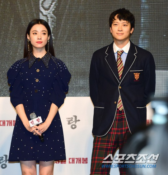 """Sau tin đồn hẹn hò, """"thánh sống"""" Kang Dong Won và Han Hyo Joo xuất hiện ngại ngùng trong lần đầu lộ diện - Hình 3"""